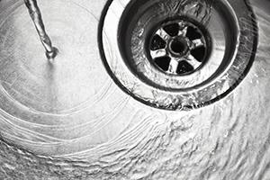 表面だけじゃダメ? キッチン排水口のニオイの原因と対策
