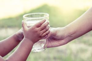 夏の水分不足に注意! 子供に飲ませたい飲み物はやっぱり水?