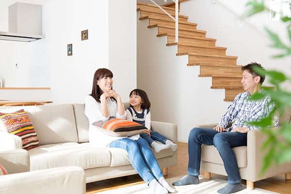 家族の絆をつなぐ?「リビングの中に階段」を設置するメリット4つ